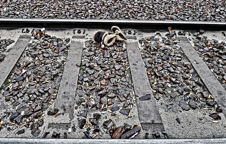 Schienen.Schwellen.Steine.Scherben.Sand.Schuhe