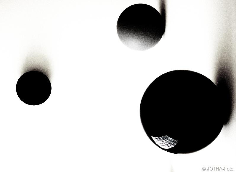 Weiss mit Kugeln