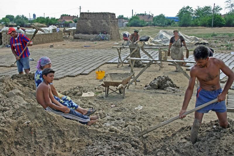 Roma bei der traditionellen Lehmziegelherstellung