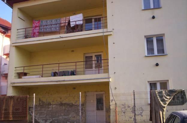 Wohnblock, seit 3 Jahren von Roma bewohnt, mit Feuchtigkeitsschäden