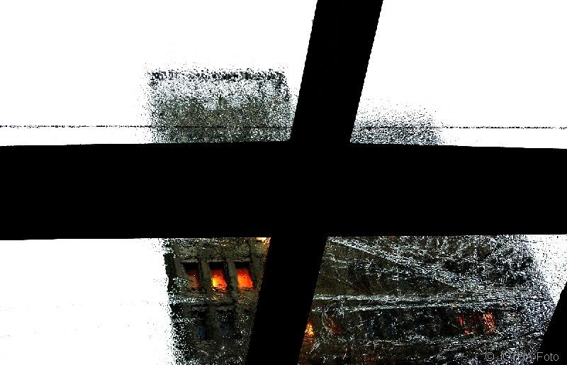 BlickdurchsDachfensteraufeinHochhausbeiRegen_thumb.jpg