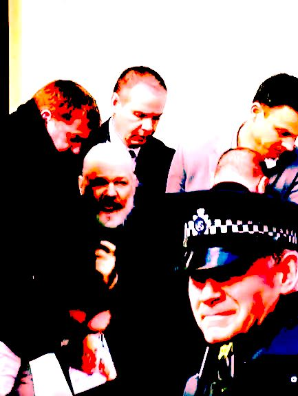 Julian Assange, das Recht und die entwurzelte Menschheit